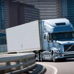 Policjanci obserwujący drogę z nieoznakowanych ciężarówek, czyli walka z piratami w USA i UK