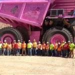 600-tonowe wozidło kopalniane Liebherr pomalowane na różowo, czy jak zwrócić uwagę na raka piersi