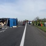 Bardzo poważny wypadek na autostradzie A4 – Mercedes Atego wpadł na barierki rozdzielające jezdnie