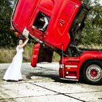 Oto kolejny ślub z samochodem ciężarowym w tle, samochodem zresztą bardzo atrakcyjnym