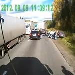 """Grupa rosyjskich kierowców ciężarówek solidarnie obroniła kolegę przed lokalnymi """"gangsterami"""""""