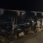Nawigacja znowu doprowadziła do zguby – kierowca przewrócił 96-tonowy dźwig na 8-tonowej drodze