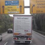 Wizja ośmiu dni w świecie bez ciężarówek – przesłanie do kierowców aut osobowych wypisane na naczepie