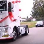 Quady, motocykle i aż dziesięć samochodów ciężarowych – tak do ślubu jechali Damian oraz Ania
