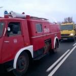 Wóz strażacki z 1970 roku, bazujący na Starze 25, wyjeżdżający do akcji ze strażakami OSP Sicienko