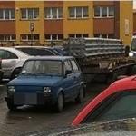 Fiat 126p dzielnie ciągnął trzyosiową lawetę na obrotnicy, wioząc metalowe konstrukcje ulicami Słupcy