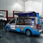 Mercedes Vito upodobniony do skrzynki na narzędzia, z otwieranymi do góry bocznymi drzwiami