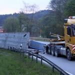 """50-metrowy, 70-tonowy ładunek spadł z ciężarówki na niewielkim moście, w ciągu niemieckiej """"landówki"""""""