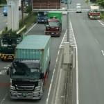 Japońskie ciężarówki uwiecznione przy pracy, z chromem na krótkich kabinach oraz silnikami bez turbo