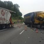 Najechanie na tył naczepy stojącej na poboczu – Volvo z firmy Waberer's uległo zupełnemu zniszczeniu