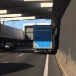 """""""Pauza"""" na wjeździe do tunelu, przy braku pasa awaryjnego – zaskakujący obrazek z polską cięzarówką"""