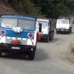 Ślub kazachskiego kierowcy wywrotki, czyli konwój dymiących Kamazów z odświętnym przystrojeniem