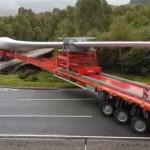 Piękny manewr z 57-metrowym ładunkiem – ten przejazd przez skrzyżowanie wymagał kilku prób