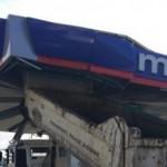 Uniesiona wywrotka uderzyła w zadaszenie stacji benzynowej – stacja ucierpiała, wywrotka już mniej
