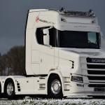 Kolejna nowa Scania Torpedo z firmy Vlastuin – ciągnik siodłowy S580T z oznaczeniami duńskiej firmy