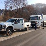 Nietypowy obraz z niemieckiej prowincji: amerykański pickup ciągnął za sobą zepsutego DAF-a 95XF