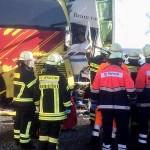 Kierowca autobusu i lekkiej ciężarówki zginęli w najechaniu na tył – uderzył w nich rozpędzony zestaw