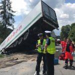 Auto osobowe uderzyło w ciężarówkę i wypchnęło ją pod autobus – są zarzuty dla sprawcy zdarzenia