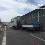 Wystrzał opony na trasie S52 – ciężarówka przebiła barierki, trzy osoby zostały ciężko ranne